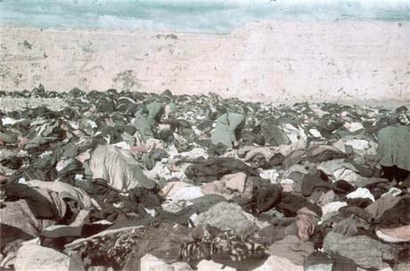 Имущество жертв. Германские солдаты мародерствуют, ищут ценные вещи.